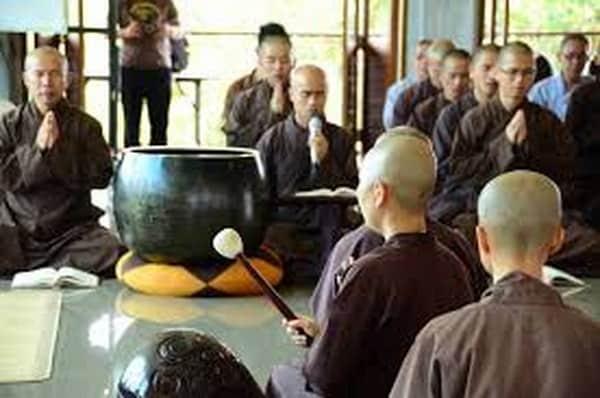 Chuông, mõ cỡ lớn dùng trong nghi thức ở chùa
