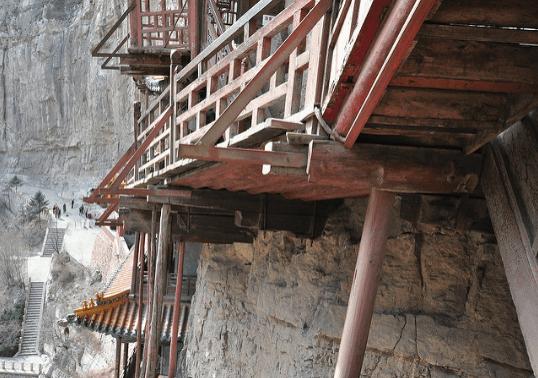 Kết cấu tinh xảo của chùa Huyền Không thể hiện ở chỗ, toàn bộ ngôi chùa là do những cây gỗ đứng và ngang chống đỡ