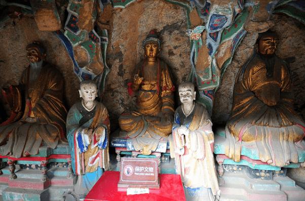 Tượng Thích Ca Mâu Ni đứng giữa, Lão Tử ở bên phải và Khổng Tử ở bên trái trong chùa Huyền Không