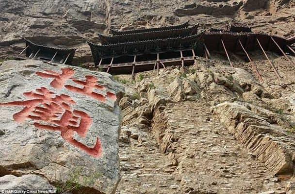 Nhìn từ bên ngoài, ta dễ nghĩ rằng chùa Huyền Không được chống đỡ bằng những cây cột gỗ mong manh dễ gãy.