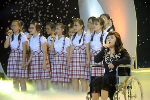 Chị Nguyễn Hướng Dương hát cùng các bạn trẻ khiếm thị tại một sự kiện